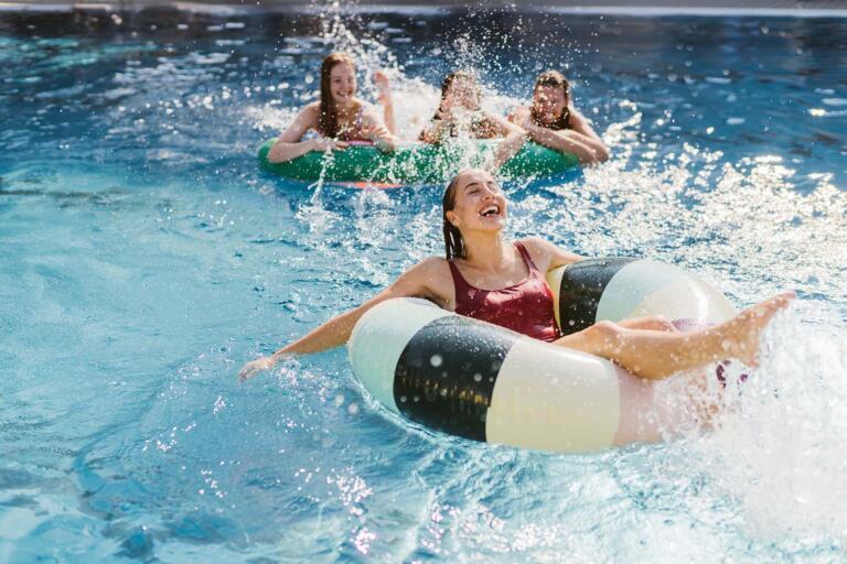 Mädchen in Schwimmreifen